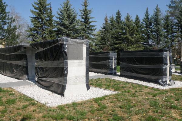 Urnové steny na prievidzskom cintoríne už stoja, no úplne dokončené ešte nie sú.