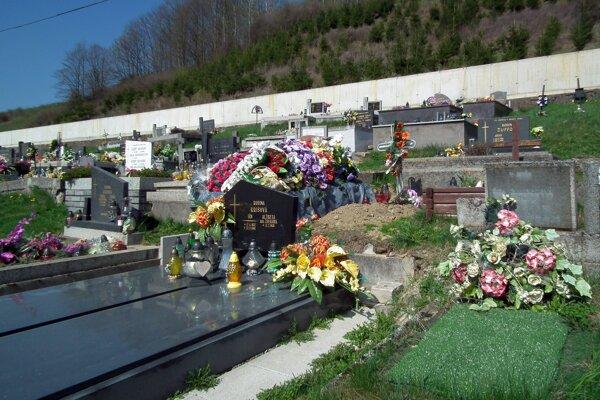 Od minulého týždňa sa hroby v dedine kopú po novom.