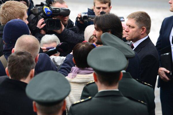 Snímka z návštevy premiéra a ministra vnútra v Moldave nad Bodvou. Cieľom bola podpora policajtov, ktorí zbili Rómov v osade. Prípad dodnes nie je vyriešený.