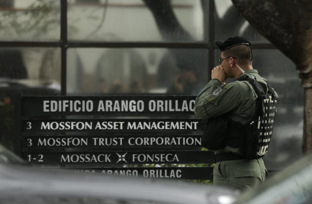 Polícia hliadkuje v okolí sídla Mossack Fonseca v Panama City v utorok 12. apríla 2016, kedy vyšetrovatelia robili prehliadku priestorov a zaisťovali dôkazy.