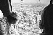 Meranie radiácie z paluby vrtuľníka nad zničeným štvrtým reaktorom jadrovej elektrárne v Černobyle.