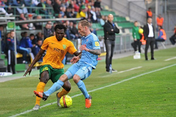Ernest Mabouka (v žltom) bojuje o loptu so Slovanistom Kampsom.