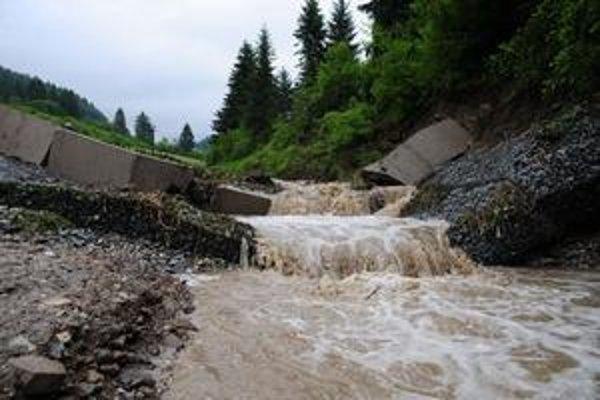 V noci o tretej sa 4. júna 2010 nad obcou Snežnica pretrhla hrádza, ktorá bola postavená z fondov len pred rokom a mala chrániť pred veľkou vodou. Prvú väčšiu skúšku vody však nevydržala.