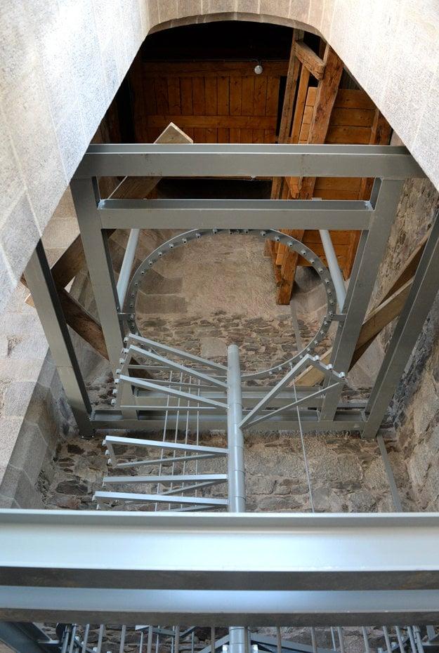 Pri rekonštrukcii schodiska vo veži použili aj moderné oceľové prvky.