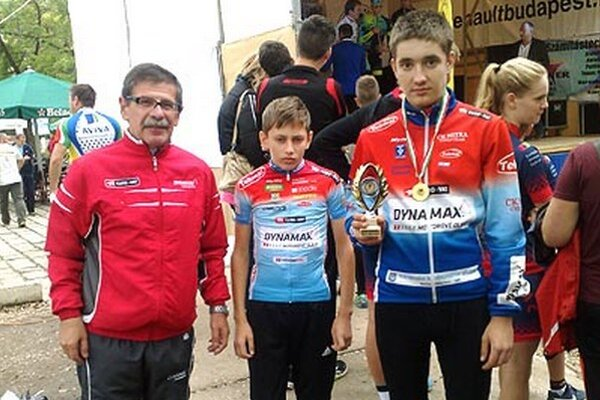 Záver sezóny cestnej cyklistiky ukončil CK Dynamax víťazstvom (zľava V. Došek, J. a M. Vlčákovci).