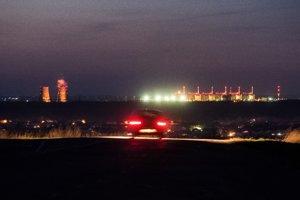 Nočný pohľad na Záporožskú jadrovú elektráreň. Funguje od roku 1984 a v súčasnosti je najväčšou v Európe a druhou najväčšou na svete.