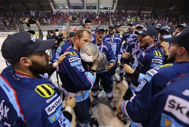 Hokejisti Nitry sa tešia zo zisku majstrovského pohára.