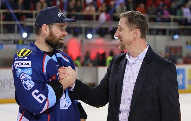 Tréner Nitry Antonín Stavjaňa (vpravo) sa teší so svojim zverencom Jamesonom Milamom.