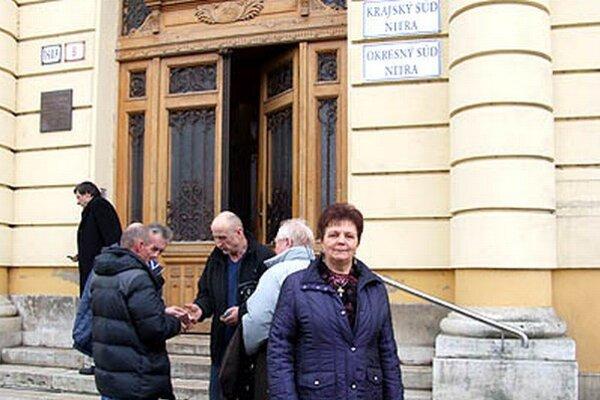 Serafína Ostrihoňová pred budovou Krajského súdu v Nitre.