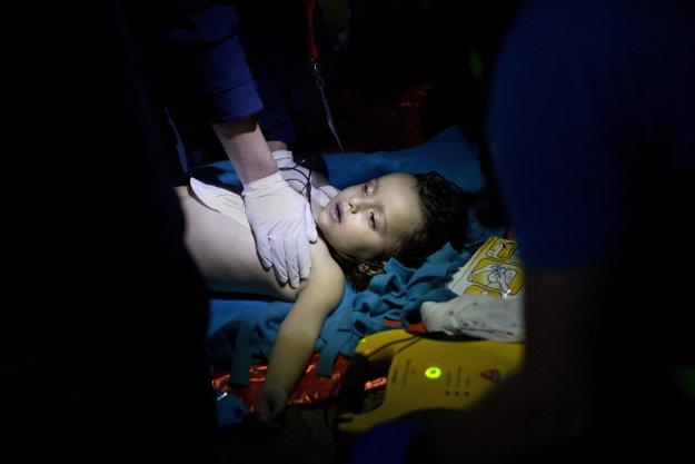 Pri hľadaní európskeho sna. Záchranári oživujú chlapca, po tom ako sa pri ostrove Lesbos potopil čln s utečencami. Piati z utečencov vrátane troch detí sa utopili.