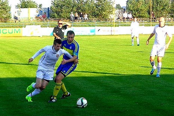 Vráble doma pustili body súperovi zo Šúroviec. V modrom drese kapitán Husár.