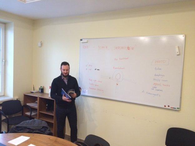 Ben na Slovensku učí angličtinu.
