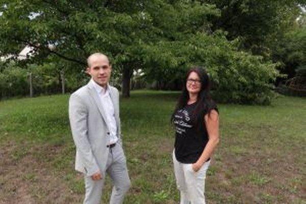 Michal Cimmermann a Zuzana Blaháková na mieste, kde má vzniknúť komunitná záhrada. Nachádzať sa bude v areáli škôlky na Slnečnej ulici.