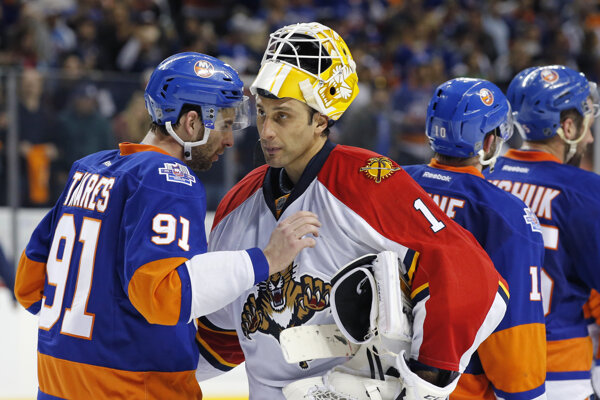 Hrdina NY Islanders John Tavares sa zdraví s brankárom Floridy Robertom Luongom.