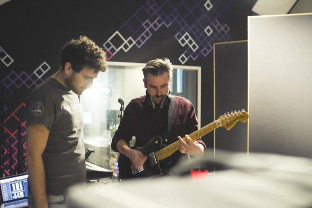 Talkshow hrajú dynamickú gitarovú hudbu.