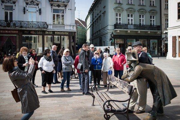Kto sa neodfotil s Napoleonom, akoby v Bratislave ani nebol. Smerom na Hviezdoslavovo námestie ešte záber s Čumilom a prehliadka mesta sa končí.