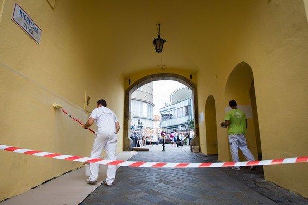 Michalskú bránu v Bratislave museli v júli pretierať niekoľkokrát.