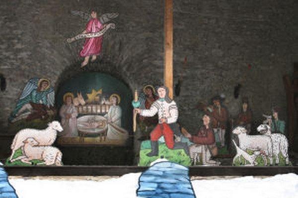 Aušusník (v bielom pred stĺpom) v tradičnom špaňodolinskom betleheme.