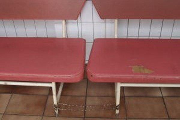 Takto vyzerali lavičky ešte v lete.