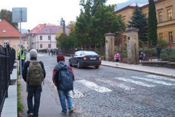 Na stav cesty pred kremnickou školou sa vodiči sťažujú už roky.