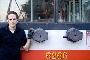 Ivan Bútora má titul historika z Princetonu a vodičský na trolejbus.