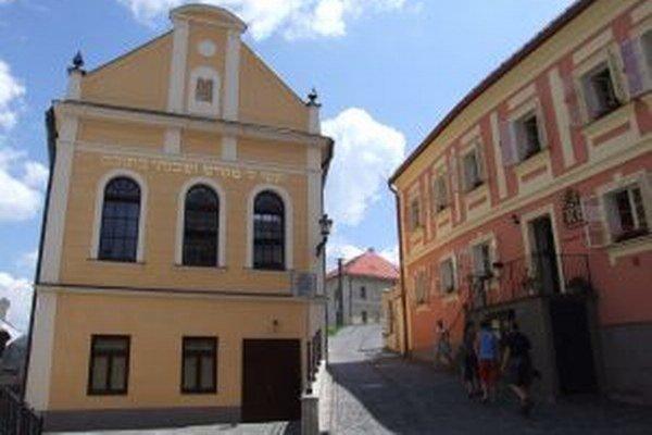 Zrekonštruovaná synagóga (vľavo) v Banskej Štiavnici.
