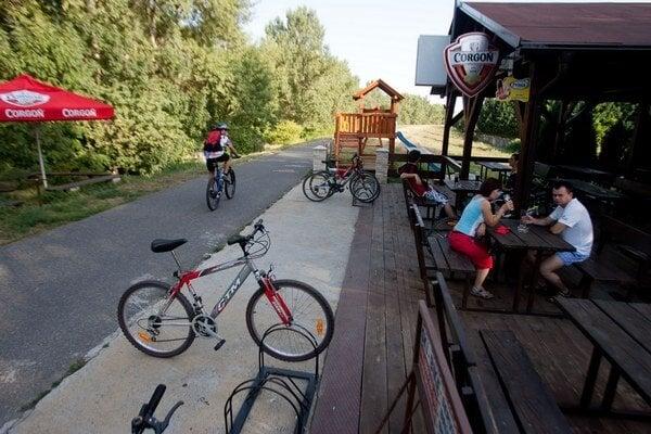 Popri hrádzach sú často bufety, ktoré čapujú pivo. Cyklista by si ho však nemal dať.