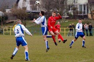 Hráči OFK Dunajská Lužná (v červených dresoch) sa ako jediný tím III. ligy bez straty bodu usadili na prvej priečke  tabuľky najvyššej regionálnej futbalovej súťaže.