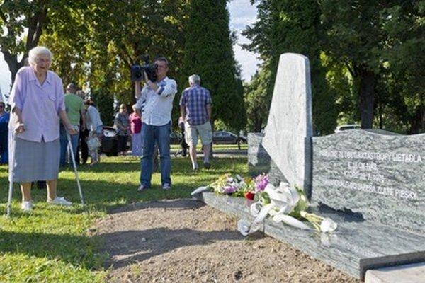 Pamätník na mieste nehody. Na snímke je dobrovoľná zdravotníčka Valéria Gažíková, ktorá pomáhala so záchrannými prácami.