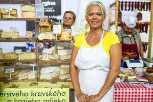 Veronika Nagy pri svojich syroch v Starej tržnici .                   FOTO SME – VLADIMÍR ŠIMÍČEK