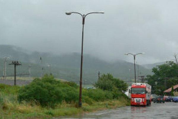 Staré lampy popri ceste na železničnú stanicu v Žiari často nesvietia. Susedná obec, ktorej patria, ich po rokoch nahradí novými.