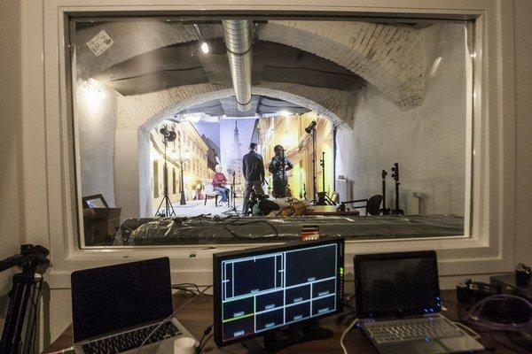 Televízne štúdio je v suteréne kaviarne v centre Bratislavy.