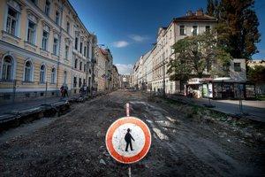 Štúrova ulica od Univerzity Komenského po novom: zľava bude širší chodník, cyklocesta, jednosmerná cesta, koľajnice, opäť cyklotrasa a úzky chodník.