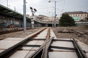 Električkové kolaje na Predstaničnom námestí začal investor spolu s Dopravným podnikom nedávno rekonštruovať.