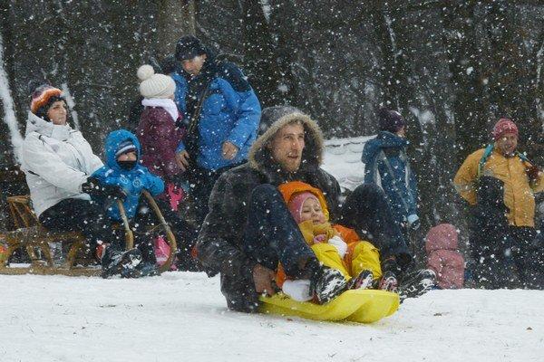 Sneží, MHD mešká, deti sa tešia. Sneh na Kolibe.
