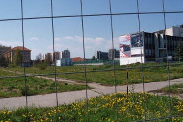 Pozemok pod Shopping park a jeho projekt získala firma KLM real estate. Ešte vlani v lete ho oplotil pôvodný majiteľ, Tatra Real, a.s.