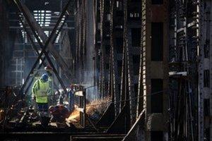 Práce na moste meškajú.