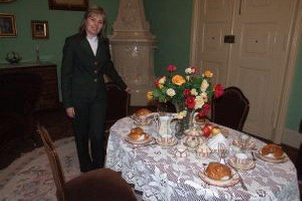 """Raňajky v štýle biedermeier.""""Coburgovci naozaj jedávali práve z týchto tanierov,"""" hovorí Jana Slaná."""