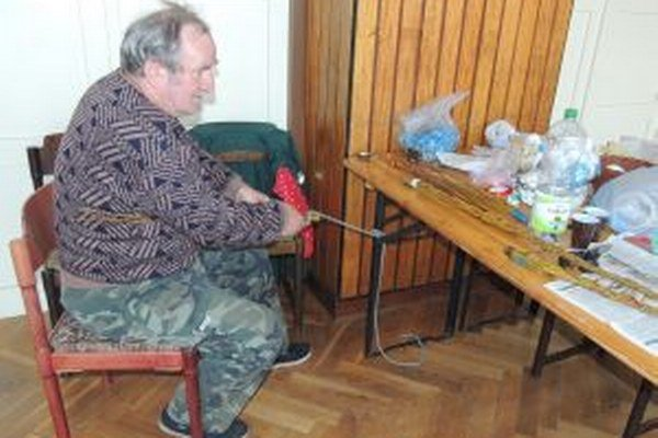 Anton Stašov pri pletení korbáčov.