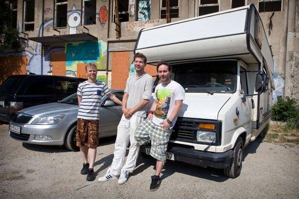 """Traja kamaráti z Nórska sa počas cesty po Európe zastavili aj v Bratislave. """"Vieme, že ste tiež ľudia,"""" tvrdili so smiechom."""