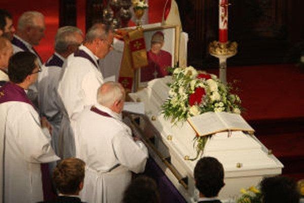 Takto sa s biskupom Balážom lúčili kolegovia a veriaci v auguste 2011. V Nevoľnom si chcú rodáka uctiť pamätnou izbou.