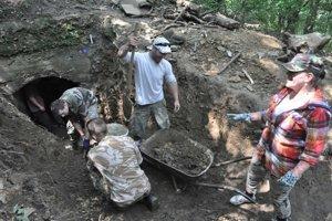 Odkopávanie  kaverny v Dúbravke trvalo mesiace