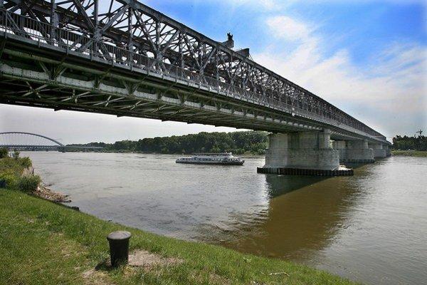 Na most sa teraz dostanú len cyklisti a chodci. Po oprave sa tam majú dostať aj električky.