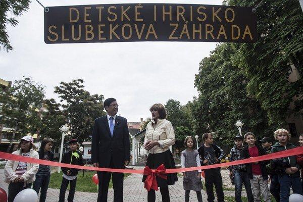 Deti s rodičmi môžu od dnes navštíviť aj opravené ihrisko v Slubekovej záhrade.