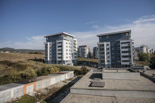 Výstavba bytoviek nad Račou.