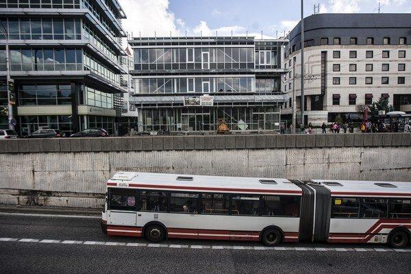 Zelenú na novej budove na Hodžovom námestí nevidno. Veľa skla prinieslo už susedné Tatracentrum.