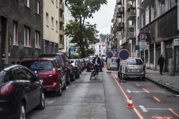 Oranžová farba na ceste sa z ulice snažila vytlačiť autá.