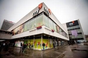 Obchodný dom Tesco na Kamennom námestí a v pozadí hotel Kyjev. Developer zvažuje možnosť obchodné centrum obstavať dookola.