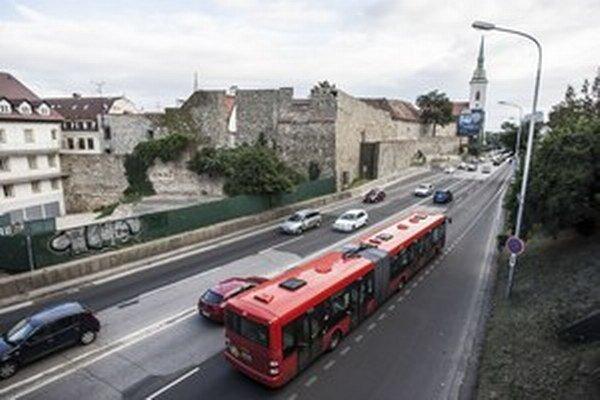 Po električkách a trolejbusoch sa budú súťažiť aj autobusy.