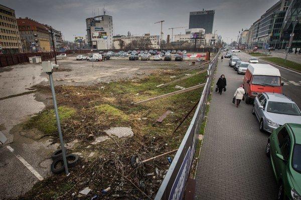 Na pozemku medzi Euroveou a Dostojevského radom má byť Eurovea III. Zatiaľ tam parkujú autá.